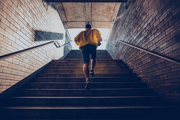 Jogger rennt Treppen herauf