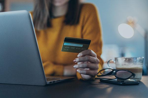 Frau bezahlt online